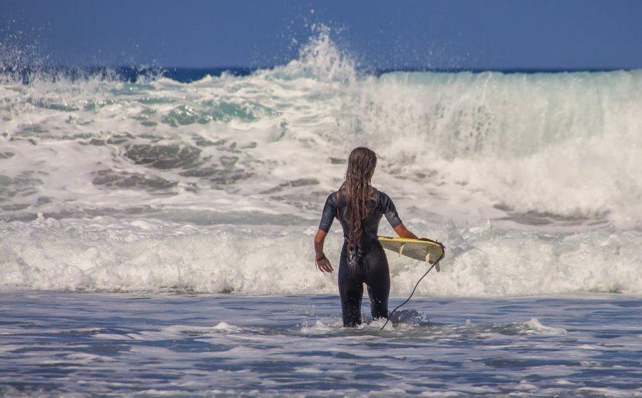 Assim como na maioria dos esportes radicais, no surfe também existem manobras. As principais são: tubo, batida, rasgada, floater, cutback, aéreos e o bottom turn, a famosa cavada. Conseguir manobrar no surfe exige muita técnica e acima de tudo muito equilíbrio e prática.