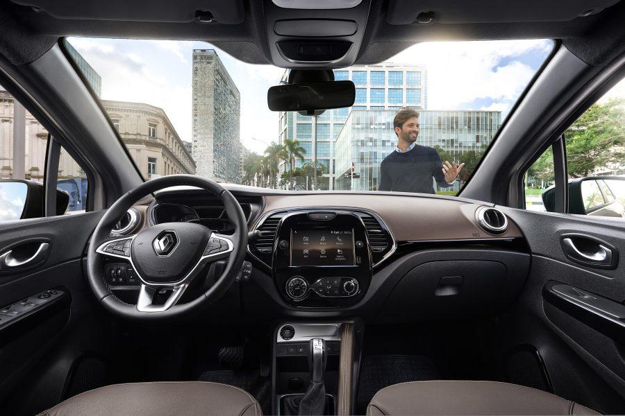Com um interior renovado e materiais suaves ao toque, o Captur 2022 está num novo patamar de percepção de qualidade. Uma das novidades é a opção bíton no interior com a combinação da cor marrom Castanyera, dando um toque a mais de sofisticação ao veículo.