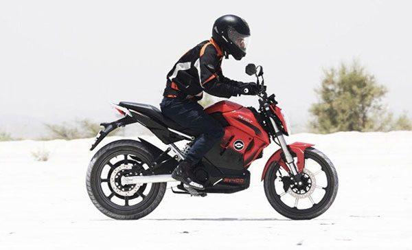 A RV400 suporta até 150 kg, tem uma boa altura do solo de 215 mm e pesa apenas 108 kg, é uma moto bastante leve. A bateria pode ser recarregada em tomada normal em apenas 3 horas para 75% de carga e 100% em até 4 horas e 30 minutos.