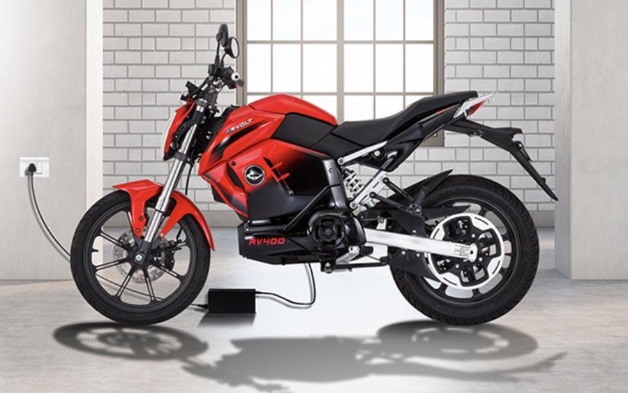 """Conheça a moto elétrica """"baratinha"""" da Índia"""