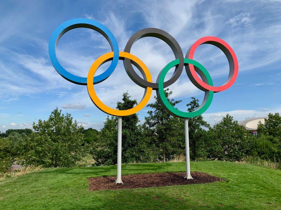 Jogos Olímpicos são um evento multiesportivo global com modalidades de verão e de inverno, em que milhares de atletas participam de várias competições