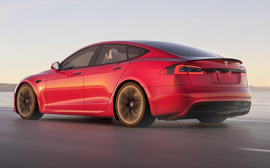 Novo serviço da Tesla deixa carros com direção semi autônoma e ajuda na hora de estacionar