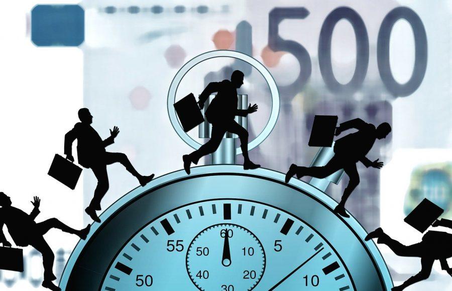 No Brasil, há a limitação da prática de horas extras, bem como o pagamento de valor adicional, nunca inferior a 50% do valor da hora normal.