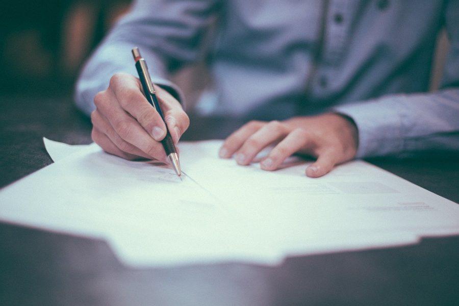 A hora extra é um recurso que a empresa e o trabalhador possuem para possibilitar a extensão esporádica da jornada de trabalho.